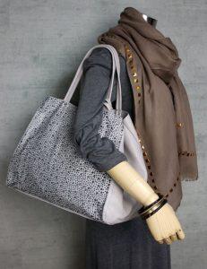 グレーのバッグ